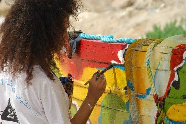 الرسم على حطام قارب. جميع الحقوق محفوظة لمؤسسة كمال الأزعر.