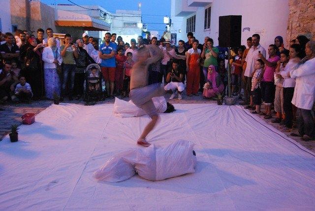 عرض مسرح في الشارع. جميع الحقوق محفوظة لمؤسسة كمال الأزعر.
