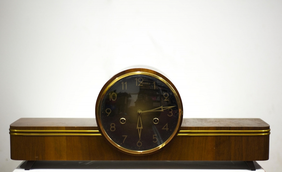 Vintage clock, random program. 2014, 50 X 10 X 20 cm, view of the exhibition Matérialisme Histérique, Galerie Poggi.