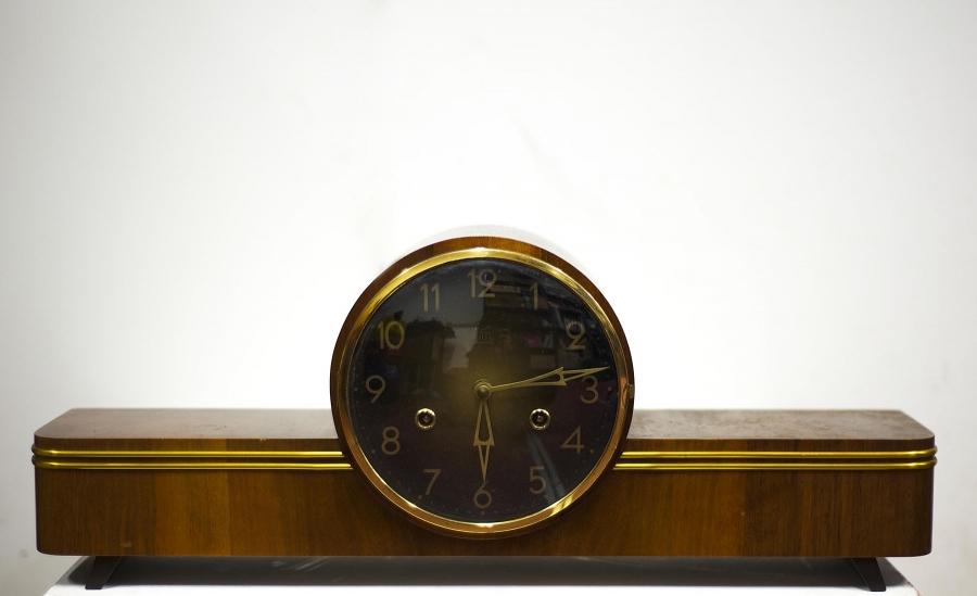 ساعة أثرية، برمجيّة اعتباطيّة. 2014،  50 X 10 X 20 صم، معرض «النّزعة المادّيّة الهستيريّة»، رواق بوجي.