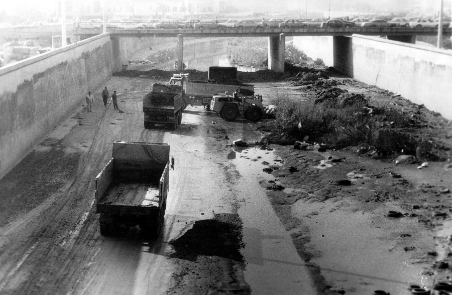 Trucks cleaning the river. 10-11-1993. Courtesy An Nahar Research and Documentation Center.
